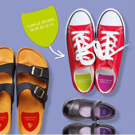 Étiquettes autocollantes pour chaussures placées dans des chaussures fermées et ouvertes.