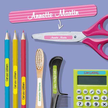 Mini stickers autocollants pour objets placées sur des ciseaux, des crayons, une brosse à dent, un peigne et une calculatrice.