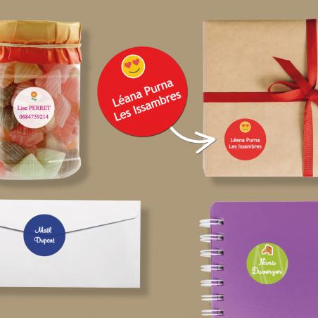 Autocollants ronds personnalisables pour objets placés sur une jarre, une boîte, un cahier et une enveloppe.