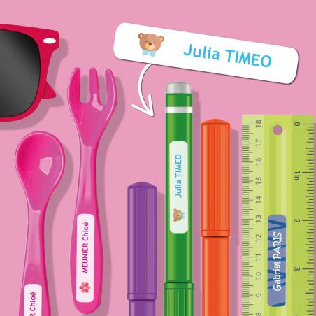 Petits autocollants personnalisables pour objets placés sur des lunettes, crayons, règle et couverts en plastique.