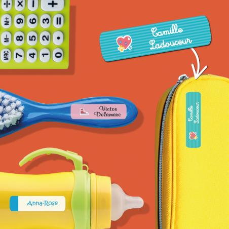 Autocollants personnalisables pour objets placés sur une calculatrice, une brosse, un biberon et une trousse.